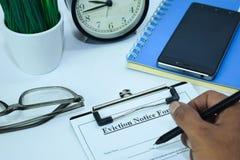 Planeamento geral do acordo de contrato no fundo da tabela de funcionamento com materiais de escritório foto de stock