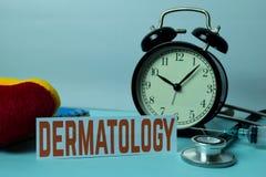 Planeamiento de la dermatología en el fondo de la tabla de funcionamiento con los materiales de oficina foto de archivo