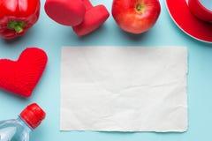 Planeamiento de la dieta del entrenamiento y de la aptitud Pesas de gimnasia, agua, manzana roja, forma del corazón y opinión en  Fotografía de archivo