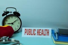 Planeamiento de la salud pública en el fondo de la tabla de funcionamiento con los materiales de oficina fotos de archivo libres de regalías