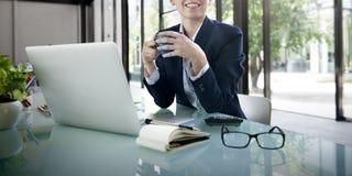Planeamiento de Laptop Technology Strategy de la empresaria que trabaja Concep Imágenes de archivo libres de regalías