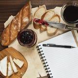Planeamiento del día durante la comida refinada del brunch Fotografía de archivo libre de regalías