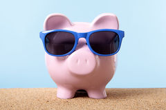 Planeamiento del dinero del viaje, ahorros, concepto del fondo de jubilación, vacaciones de la playa de Piggybank Fotos de archivo libres de regalías