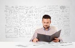 Planeamiento del hombre de negocios y cálculo con diversas ideas del negocio Imagenes de archivo