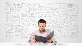 Planeamiento del hombre de negocios y cálculo con diversas ideas del negocio Imágenes de archivo libres de regalías