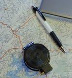 Planeamiento del viaje con el compás, la pluma, y el ordenador portátil fotos de archivo