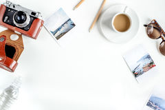 Planeamiento del viaje con el equipo turístico en la maqueta blanca de la opinión superior del fondo de la tabla Imagen de archivo libre de regalías