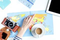 Planeamiento del viaje con el equipo turístico en la opinión superior del fondo blanco de la tabla Fotografía de archivo