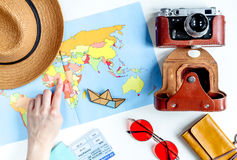 Planeamiento del viaje con el equipo turístico en la opinión superior del fondo blanco de la tabla Imagenes de archivo