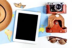 Planeamiento del viaje con el equipo turístico en la opinión superior del fondo blanco de la tabla Fotos de archivo