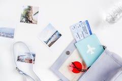 Planeamiento del viaje con el equipo turístico en la opinión superior del fondo blanco de la tabla Imágenes de archivo libres de regalías