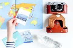 Planeamiento del viaje con el equipo turístico en la opinión superior del fondo blanco de la tabla Imagen de archivo