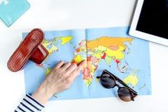 Planeamiento del viaje con el equipo turístico en la opinión superior del fondo blanco de la tabla Foto de archivo