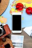 Planeamiento del viaje con el equipo turístico en la opinión superior del fondo de madera de la tabla Foto de archivo libre de regalías