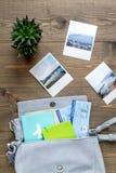 Planeamiento del viaje con el equipo turístico en la opinión superior del fondo de madera de la tabla Fotografía de archivo libre de regalías