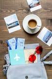 Planeamiento del viaje con el equipo turístico en la opinión superior del fondo de madera de la tabla Fotos de archivo libres de regalías