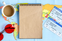 Planeamiento del viaje con el equipo turístico en maqueta de madera de la opinión superior del fondo de la tabla Imagenes de archivo