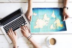 Planeamiento del viaje en el ordenador fotografía de archivo libre de regalías