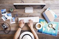 Planeamiento del viaje en el ordenador fotos de archivo libres de regalías