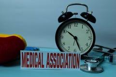 Planeamiento médico de la asociación en el fondo de la tabla de funcionamiento con los materiales de oficina Planeamiento m?dico  fotografía de archivo libre de regalías