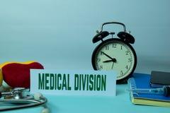 Planeamiento médico de la división en el fondo de la tabla de funcionamiento con los materiales de oficina foto de archivo