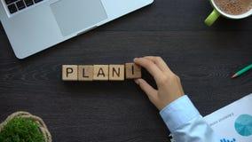 Planeamiento, mujer de negocios que hace la palabra de cubos, lista de acciones para alcanzar metas almacen de metraje de vídeo