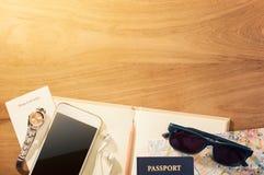 Planeando sus vacaciones o viaje dispare el concepto con los diversos artículos Imagen de archivo libre de regalías