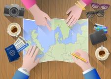 Planeando uma viagem a Europa Pares novos aventurosos Fotografia de Stock