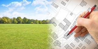 Planeando una nueva ciudad - imagen del concepto con la mano que dibuja un imagina foto de archivo
