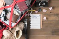 Planee el viaje en el cuaderno y prepare los accesorios y los artículos f del viaje Fotos de archivo libres de regalías
