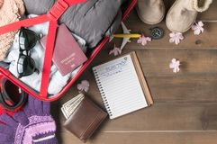 Planee el viaje en el cuaderno y prepare los accesorios y los artículos f del viaje Fotografía de archivo