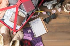 Planee el viaje en el cuaderno y prepare los accesorios y los artículos f del viaje Imagenes de archivo