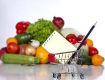 Planee su lista de compras en una tienda de alimentos Fotografía de archivo libre de regalías