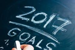 Planee una lista de metas para la mano 2017 escrita en la pizarra Imágenes de archivo libres de regalías