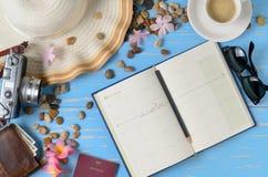 Planee viajar en el libro del calendario con los accesorios para el viaje foto de archivo