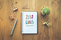 Planeie a mensagem 2018 com papel do bloco de notas na tabela e em fontes de madeira Fotografia de Stock Royalty Free