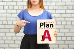 Planen Sie A auffassung ein Mädchen in blauem nahem stockfoto