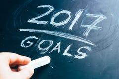 Planen Sie eine Liste von Zielen für die Hand 2017, die auf Tafel geschrieben wird Stockfotos