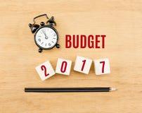 Planen Sie 2017-jähriges auf hölzernem Würfel mit Draufsicht des Bleistifts und der Uhr an Stockbild