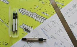 Planen Sie mit zwei Bleistift, Kompassse und Stahlregel stockfoto