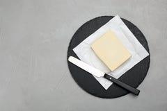 Planen Sie Platte mit geschmackvoller frischer Butter und Messer auf Tabelle Stockfoto