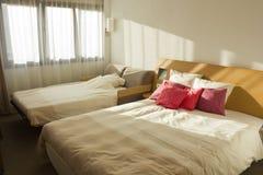Planen Sie Schlafzimmer Mit Zwei Betten Mit Roten Kissen Und Fenster  Stockfotos