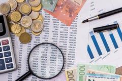"""Planen Sie Text mit dem Vergrößern Ð ³ Ð"""" аÑ-, 100 Euros, Taschenrechner, Stift Lizenzfreie Stockfotos"""