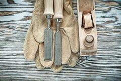 Planer плоских зубил защитных перчаток на деревянной доске Стоковые Изображения RF