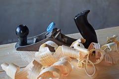 Planer et copeaux en bois photographie stock libre de droits