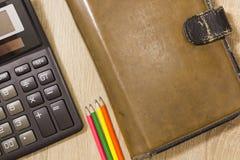 Planer mit Taschenrechner und Bleistiften Stockfotos
