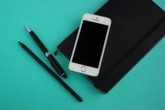 Planer, stylo, crayon et téléphone Images libres de droits