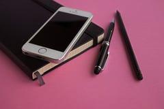 Planer, stylo, crayon et téléphone Photos libres de droits