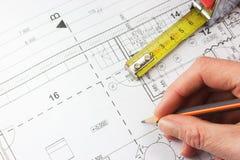 Planera av ett hus, linjal och en räckahandstil med en rita royaltyfria foton