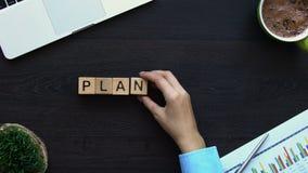 Planera den kvinnliga handen som gör ord av kuber, tidledning, näringslivsutveckling lager videofilmer